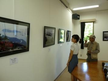児島の写真家 河田隆弘さん(右側)