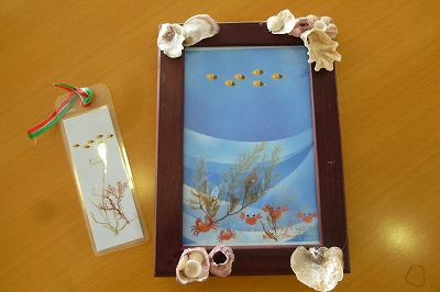 栞も同じように作ります。出来上がった絵葉書を写真立てに入れて、貝殻やシーグラスを写真立てに貼り付けて完成です。
