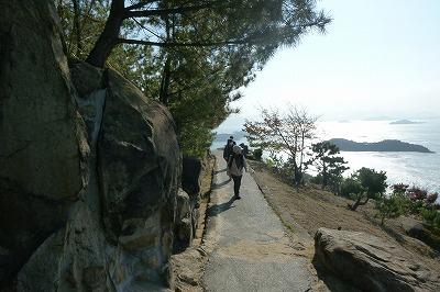 多島美を一望しながら、さあ旧鷲羽山駅から  風の道に入ります。