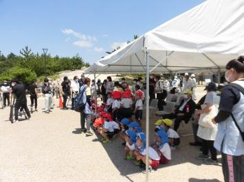 倉敷市長さん、地元の幼稚園児らが設置式に参加しました。